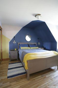 Relooking d'une chambre avec mansarde - Peinture bleu forme géométrique créant une tête de lit en forme de maison / bedroom headboard as a painted house