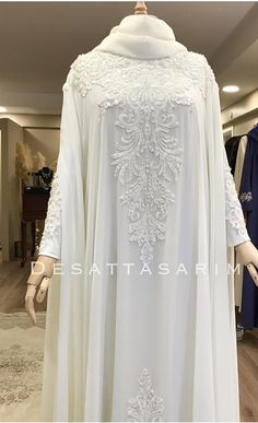 Its lokks sooo elegant! Wedding Abaya, Muslimah Wedding Dress, Muslim Wedding Dresses, Bridal Dresses, Islamic Fashion, Muslim Fashion, Modest Fashion, Fashion Dresses, Pakistani Dress Design