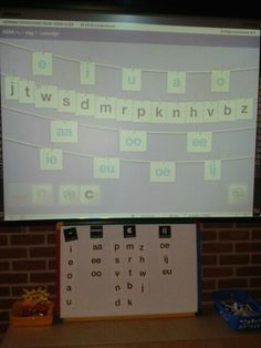 Letters sorteren op het Digibord. Veilig leren lezen combineren met zo leren kinderen lezen en spellen. Controleren met letterbord van zlkls en www.onderwijsgek.nl
