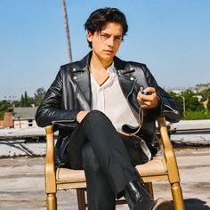 wears many hats—twin, lifelong actor, accomplished photographer. We asked him to wear several of them—and a Coach motorcycle… Riverdale Archie, Riverdale Funny, Riverdale Cast, Shawn Mendes, Cole Sprouse Jughead, Riverdale Cole Sprouse, Dylan And Cole, Dylan Sprouse, Sprouse Cole
