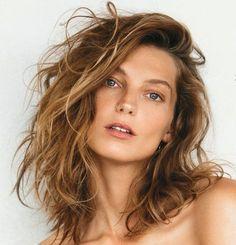 Corte médio | cabelo iluminado | raiz natural | efeito de sol | corte em camadas | Daria Werbowy | musas atuais