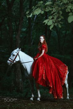 Woman dressed in medieval dress by Evgeniya Litovchenko on 500px