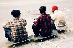 skater boys in beanies and plaid. Boys In Beanies, Boys Beanie, Skateboard Images, Skateboard Fashion, Skater Guys, Teenage Boy Fashion, Skater Style, Skateboarding, Surf