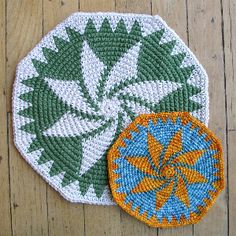 Tapestry crochet rounds - good for coasters, rugs, placemats, washcloths, hats… Crochet Diagram, Crochet Chart, Crochet Basics, Crochet Motif, Crochet Designs, Crochet Doilies, Hexagon Crochet, Crochet Diy, Crochet Round