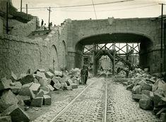 Rua Frederico Alvarenga (1930) - Construção de muro de arrimo e viaduto no cruzamento com a antiga Ladeira do Carmo, atual Avenida Rangel Pestana, no bairro da Sé.