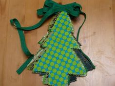 As promised yesterday, here's how I made my christmas tree bunting. Materials: Fabric scraps the type of fabric doesn't matter. Fabric Christmas Trees, Christmas Bunting, Christmas Sewing, Xmas Tree, Christmas Crafts, Christmas Is Coming, Christmas Time, Tree Shapes, Fabric Scraps