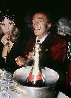 Salvador Dali, en 1971 dans un restaurant parisien, dîne au champagne au côté de sa muse, Amanda Lear.