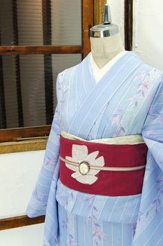 美しいパウダーブルーにゆらりと揺れる南天を思わせる木の実が重ねられた化繊の絽の夏着物です。 #kimono