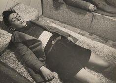 Adolescente, muerto sobre la piedrona del Deposito de cadáveres. Madrid, invierno de 1936.
