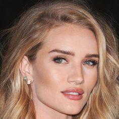 Perfekt gestylte Wimpern wie bei Rosie Huntington-Whiteley verleihen dem Look Ausdruck. Wie ihr am besten mit den Wimpern klimpert, zeigen wir euch hier: http://www.harpersbazaar.de/short/bazaar-beauty/augen-auf-12338.html