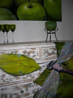 Pintura em aparador de madeira