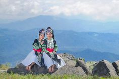 Quality Hmong Clothes, Bags, Jewelry, Hats and Care Hmong People, Mother Daughter Photos, New Outfits, Female Outfits, Historical Costume, Asian Fashion, Traditional Outfits, Beautiful Dresses, Ua
