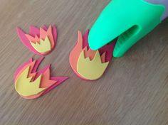 attraper des flammes faites en caoutchouc mousse, avec un gant de cuisine.