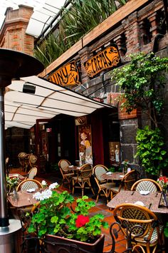San Pedro Tlaquepaque: Famous for its artisans and mariachi bands, it is also home to many trendy boutiques, restaurants and bars.
