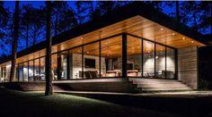fenêtre panoramique et plafond bois massif avec spots LED intégrés