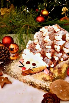 Pandoro hedgehog stuffed, a nice delicacy - Sweet .- Riccio di pandoro farcito, una simpatica golosità – Dolci da sogno Pandoro hedgehog stuffed for the Christmas holidays - Christmas Baking Gifts, Christmas Dishes, Xmas Food, Christmas Cooking, Christmas Desserts, Christmas Holidays, Christmas Pretzels, Christmas Crackers, Simple Fondant Cake