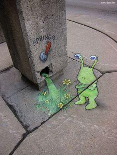 """Dans les rues du Michigan, """"Sluggo"""" une petite créature verte inventée par David Zinn, illustrateur et peintre."""