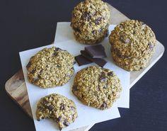 Ernæringsforbedrede chocolate chip cookies, giver bedre samvittighed. Bagt helt uden mel, smør og raffineret sukker, men de smager mildest talt himmelsk!