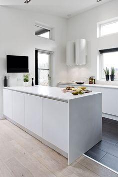Ro og rene linjer - BO BEDRE Mobil transition strip between wood and tile Home Kitchens, Contemporary Kitchen, Kitchen Remodel, Kitchen Design, Kitchen Tiles, Kitchen Flooring, Kitchen Decor, Modern Kitchen, Kitchen Layout