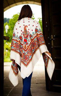 Détour à travers la Russie et les châles russes, l'histoire d'une grande tradition d'un savoir faire artisanal de la laine et des pashmina à motifs fleuris.