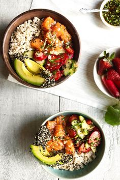 Poké bowl of salmon, strawberries and basil Poke Bol, Acai Recipes, Vegetarian Recipes, Healthy Recipes, Aesthetic Food, Healthy Cooking, Easy Dinner Recipes, Food Dishes, Food Inspiration