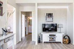 Liukuovijärjestelmä Eclisse Pocket Door säästää tilaa ja antaa modernin ilmeen kotiin. Eclisse Pocket Door. www.k-rauta.fi Dream House Pictures, Palette, Pocket Doors, Flat Screen, Tips, Furniture, Home Decor, Puertas, Home