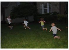 Jouer dehors jusqu'à très tard le soir avec ses copains