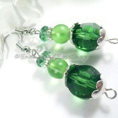 #emeraldgreen #bohoearrings #dangleearrings #bohochicstyle #bohochic #hippiegypsystyle #hippieearrings #enchantedroseshop #greenearrings #bohemianaccessories