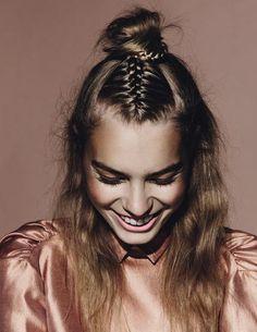 Τα πλεγμένα μαλλιά είναι τάση. Συγκεκριμένα o γνωστός και ως «μισός κότσος», που συνδυάζεται άψογα με τη γαλλική κοτσίδα, αποτελεί την πιο hot hairstyling επιλογή για all day εμφανίσεις.