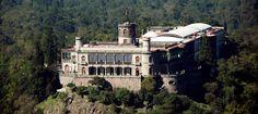 Esta castillo de Chapultepec. Es en colina de Chapultepec en la Ciudad de Mexico. Es un palacio y un museo. Es un sitio muchas turistas les gustan vistar.