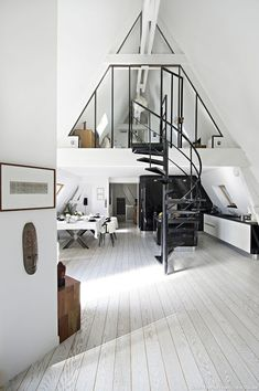 sous les toits de Paris Loft in Paris kitchen and dining room in black and white. Love the spiral staircase in the middle.Loft in Paris kitchen and dining room in black and white. Love the spiral staircase in the middle. Deco Design, Design Case, Design Moderne, Studio Design, Design Design, Style At Home, Loft Style Homes, Home Interior Design, Interior Architecture