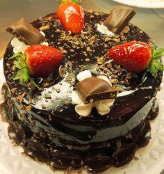 torta coberta com pedaços de diamante negro e morango