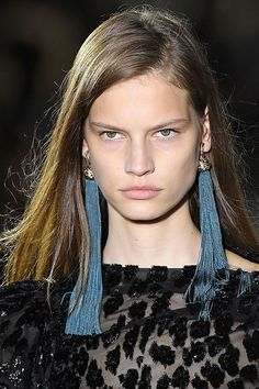 Los pendientes de pompones que elevan tu look | Galería de fotos 12 de 16 | Stylelovely Long Tassel Earrings, Tassel Jewelry, Bohemian Jewelry, Blue Earrings, New York Fashion, Rebecca Minkoff, Christian Dior, Fashion Earrings, Fashion Jewelry