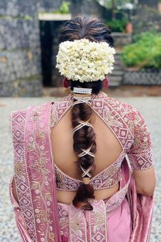 Remember when we got excited talking about brides moving towards embellished braids? Didn't realise it has been over a year since we've been waiting for a fresh take to the braided bridal hairstyle.. until we bumped into this glimmering trend that made comeback with a bang - a golden ribbon braid. So if you're a bride looking to add a unique twist to your bride hairstyle, this style is totally meant for you. Mehndi Hairstyles, Indian Bridal Hairstyles, Open Hairstyles, Bride Hairstyles, Bridal Hairstyles With Braids, Braided Hairstyles For Wedding, Bridal Braids, Bridal Hair Inspiration, Braids For Short Hair