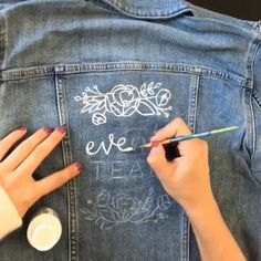 Floral Illustrations and hand lettering on jean jackets done by The Happy Ever Crafter Painted Denim Jacket, Painted Jeans, Painted Clothes, Denim Art, Denim Ideas, Diy Clothing, Custom Clothes, Chalk Pencil, Diy Fashion