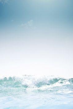 de todas maneras, el mar emerge con furia, deseoso de hacer el bien a quien tenga en calma sus aguas.