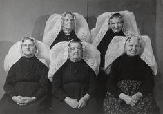 Five women of Noord-Beveland. Photo by B. Folk Costume, My Heritage, Traditional Dresses, Costume Design, Photo Studio, Netherlands, History, Dutch, People