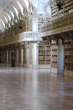 Em Portugal, há bibliotecas em que a beleza vai muito além dos seus livros. Conheça algumas destas nas linhas do nosso artigo! #viaverde #viagensevantagens #Portugal #biblioteca #livros #história #cultura