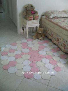 Tapete de Bolas feito em croche de barbante.  Pode ser feito nas cores que combinem com sua decoração!  Medidas diferentes consultar preço.  Esse tapete tem a medida de 1,50  Tenho na loja tamanho menor com preço menor.