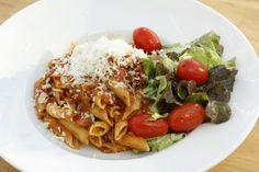 Kein neues Rezept, aber weil ich es so oft koche, habe ich den Blogpost mal wieder hervorgekramt und neue Fotos dazu gemacht: Die beste Bolognese-Soße der Welt: http://kochlie.be/2012/07/09/beste-spaghetti-bolognese