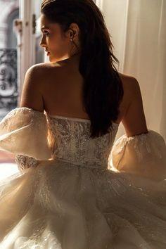 Εντυπωσιακο νυφικο σε αλφα γραμμη απο δαντελα κεντημενη. Νυφικα αθηνα Couture Collection, Dress Collection, Bridal Dresses, Wedding Gowns, Maid Dress, Bridal Boutique, Beautiful Bride, Wedding Styles, Wedding Ideas