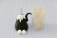 This recipe makes one 3 inch tall fondant cat, ideal to decorate cakes or cupcakes. With their inquisitive expressions and cute whiskers, these little cake toppers make perfect party decorations for kids' birthdays or novelty bakes. Fondant Figures, Fondant Cakes, Cupcake Cakes, Cat Cakes, Fondant Tips, Cat Cake Topper, Cake Topper Tutorial, Cupcake Toppers, Fondant Toppers