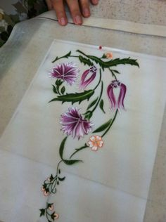 This Pin was discovered by Nur Embroidery Flowers Pattern, Embroidery Works, Crewel Embroidery, Hand Embroidery Designs, Floral Embroidery, Flower Patterns, Cross Stitch Embroidery, Embroidery Patterns, Fabric Paint Designs