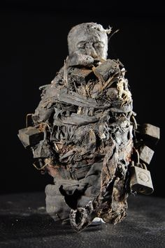 Fetiche du culte Botchio ou Boccio - Fon - Benin - Objet n°4742 - Galerie Bruno Mignot Religion In Africa, African Wood Carvings, Voodoo Priest, Wanted Movie, Myths & Monsters, African Sculptures, Collage Art Mixed Media, Africa Art, Orisha