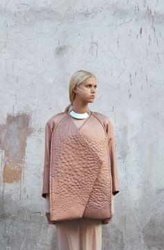 Très peu d'informations malheureusement sur Julia Björkheim, diplômée du London College of Art, spécialisée en mode masculine mais sa collection Lining automne hiver 2013 parle d'elle-m…