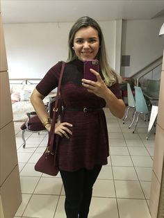Look jovial: legging preta básica, bata cor de vinho com detalhes em renda no busto e uma bolsa no tom da bata pra acompanhar 😉