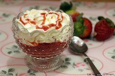 Copa de fresas con frosting de queso y coulis de fresa