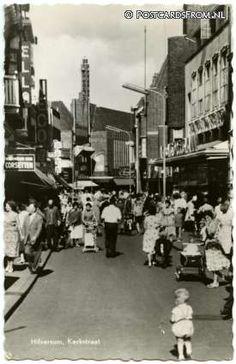 Kerkstraat Hilversum met rechts V&D en daar tegenover boekhandel ELLA gevestigd van 1947 tot eind 1965. Ik werkte daar van mei 1965 totdat ELLA verhuisde naar de ' s Gravelandseweg 6.