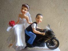Noivinhos topo de bolo humanizado em biscuit  com moto