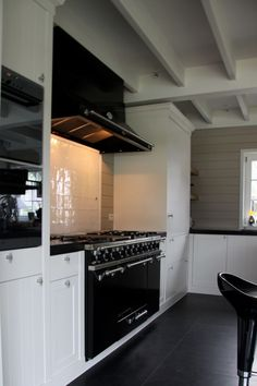 Black and white modern farmhouse kitchen Bungalow Homes, Black And White Interior, Modern Farmhouse Kitchens, Beautiful Kitchens, Warm And Cozy, Kitchen Cabinets, Wood, Spaces, Future